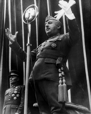 El dictador Francisco Franco, en un discurso en el Alcázar de Toledo el 1 de mayo de 1939. getty