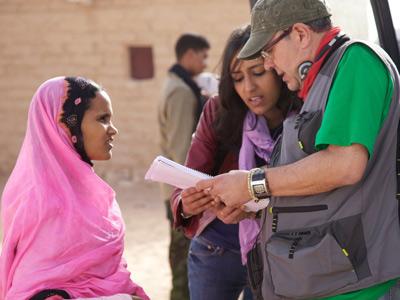 Pedro Pérez Rosado y Mamona Mohamed durante el rodaje de 'Wilaya'.