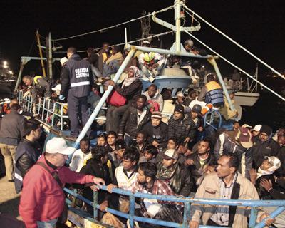 Inmigrantes libios llegan a las costas de la isla italiana de Lampedusa el pasado sábado.