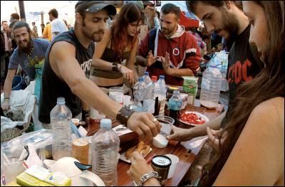 Reparto de alimentos en la acampada de protesta de Sol. EFE