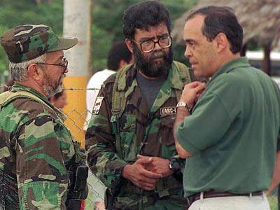 Reyes y Cano (en el centro) hablan con un emisario del Gobierno en 2000.