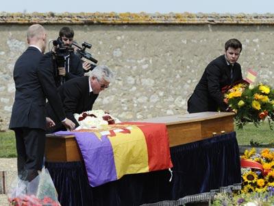 El ataúd de Jorge Semprún cubierto por una bandera republicana, Garentreville, Francia.