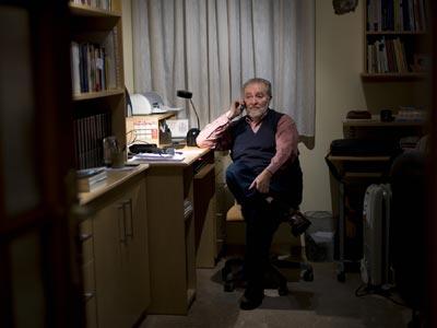 Julio Anguita, en su domicilio de Córdoba, atendiendo una llamada.L León