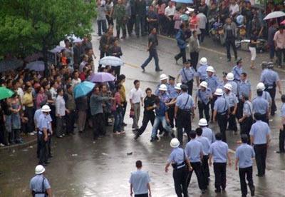 Las fuerzas de seguridad tomaron el centro de Zengcheng para hacer frente a la revuelta de trabajadores inmigrantes por la paliza que recibió una joven vendedora ambulante.