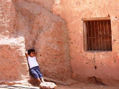 Una niña en los campamentos de refugiados en suelo argelino./ PILAR CELI