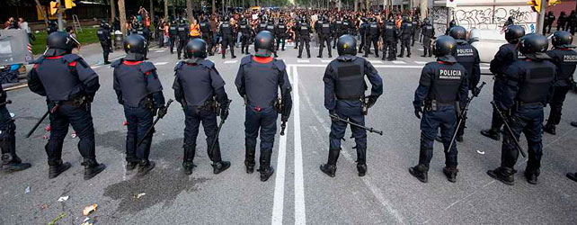 Los 'indignados' rodean el parque de la Ciutadella para que ningún politico acceda al pleno y se aprueben los presupuestos.