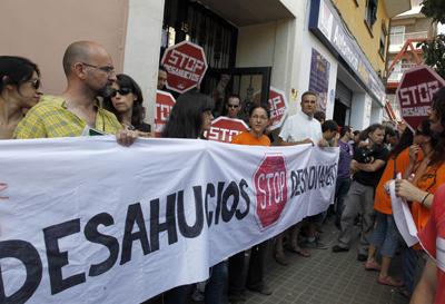 Los colectivos del 15-M acudieron ayer a un desahucio previsto en Valencia que finalmente fue suspendido. JUAN NAVARRO
