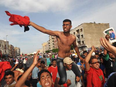Jóvenes monárquicos revientan la protesta opositora contra la Constitución, ayer, en Casablanca.