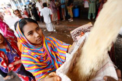 Una mujer bangladesí pobre compra arroz en un mercado subvencionado (OMS) en Dhaka, Bangladesh, el 10 de junio de 2011. El Ministerio de Finanzas de Bangladesh ha lanzado una campaña para importar cereales para asegurar el suministro de alimentos. EFE/Archivo