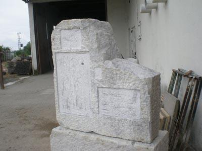El monolito en fase de construcción, antes de ubicarlo dentro del cementerio de Pedro Bernardo./ Pedro Vicente Ramírez (Memoria Viva)