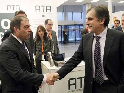 El ministro de Trabajo, Valeriano Gómez (dcha), saluda al presidente de la Federación Nacional de Trabajadores Autónomos, Lorenzo Amor. EFE