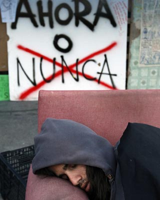 Imagen de uno de los indignados acampados en la Puerta del Sol, ayer. reuters