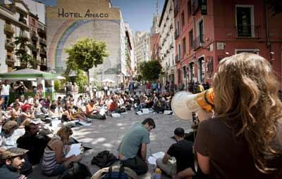 La plaza del Carmen, en los aledaños de la Puerta del Sol, fue escenario de una de las asambleas celebradas ayer por la mañana en Madrid. -