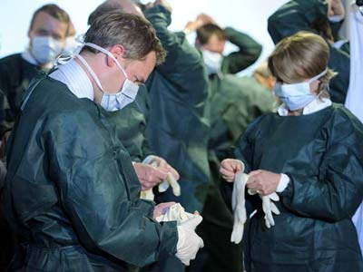 El ministro de Sanidad, Daniel Bahr visitan el Hospital Universitario de Eppendorf en Hamburgo, epicentro de los infectados. REUTERS