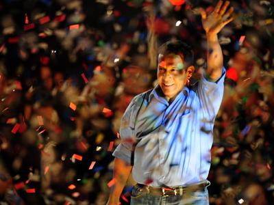 Ollanta Humala celebra su victoria electoral en Perú.AFP PHOTO/Ernesto BENAVIDES