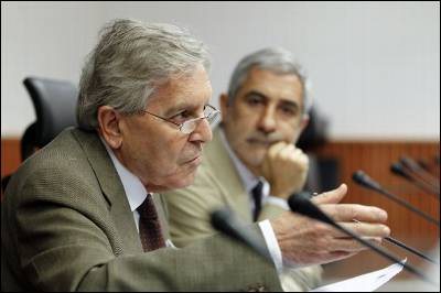 El exfiscal Anticorrupción Carlos Jiménez Villarejo y el portavoz de IU en el Congreso, Gaspar Llamazares, ayer lunes en la sala Clara Campoamor de la Cámara baja.