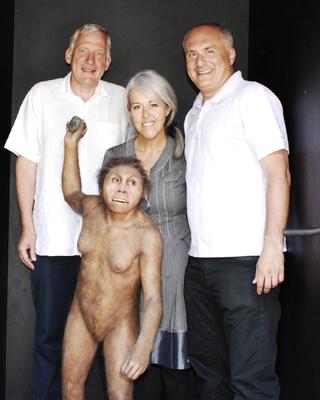 David Lordkipanidze (derecha) posa con una recreación del Homo georgicus'. museum.ge