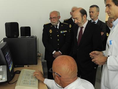 Rubalcaba, ayer, en el laboratorio de acústica forense de la Policía Científica. Dani Pozo