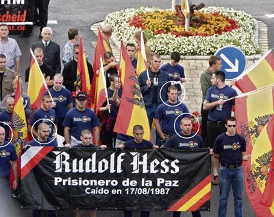 Rodeados por círculos, cuatro de los imputados en el juicio contra Blood & Honour', durante un homenaje a Rudolf Hess celebrado en Wunsiedel (Alemania) en 2004.