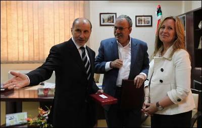 Trinidad Jiménez saluda a Mustafa Abdel Jalil (izquierda), presidente del Consejo Nacional de Transición libio.