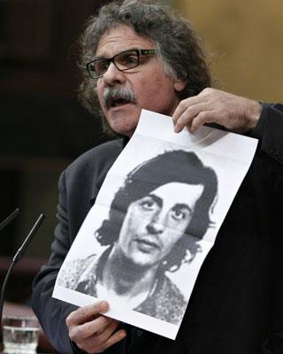 Tardà (ERC) muestra a Zapatero la foto de Puig Antich. efE