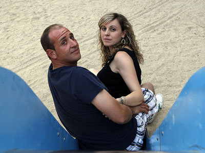 Emiliano y Esther, en un parque de Fuenlabrada (Madrid). MÓNICA PATXOT
