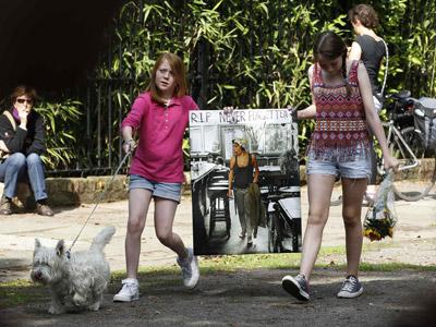 Seguidores de la cantante Amy Winehouse acudieron ayer a su casa para rendirle homenaje. reuters
