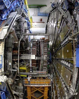 Un operario trabaja en el detector ATLAS del LHC.-