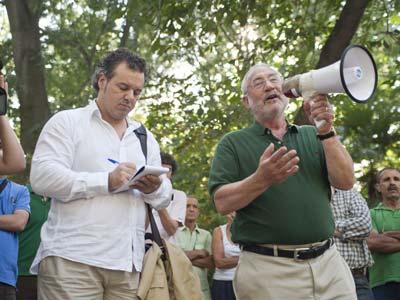 El Nobel Joseph Stiglitz, ayer, en el parque del Retiro de Madrid, durante su intervención, megáfono en mano, en una asamblea del 15-M.-