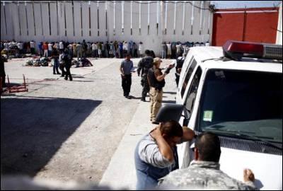 Agentes federales realizan una requisa hoy, martes 26 de julio de 2011, en el penal municipal de Ciudad Juárez (México), donde un enfrentamiento registrado en la noche de ayer causó la muerte de diecisiete presos y heridas a otros veinte.