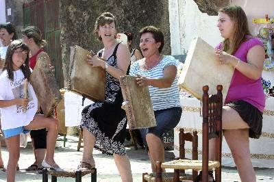 Varias mujeres tocan el pandero cuadrado, un instrumento propio del pueblo salmantino de Peñaparda que solo hacen sonar las féminas de la localidad, durante la XII Fiesta de exaltación de este instrumento que se celebra esta mañana en Peñaparda (Salamanca).