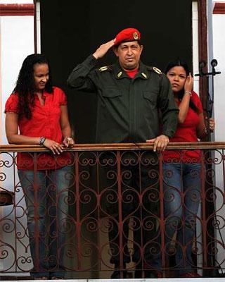 Chávez, en el balcón junto a sus hijas. AFP