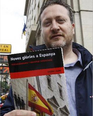 Vicent Flor, con su libro.
