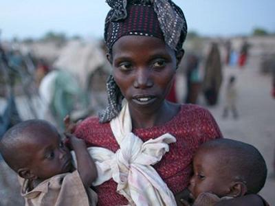 Una Madre Sostiene A Sus Hijos Reuters