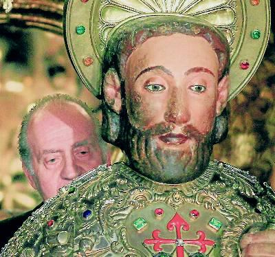 El rey Juan Carlos abraza la imagen del apóstol Santiago, en julio de 2010. efe