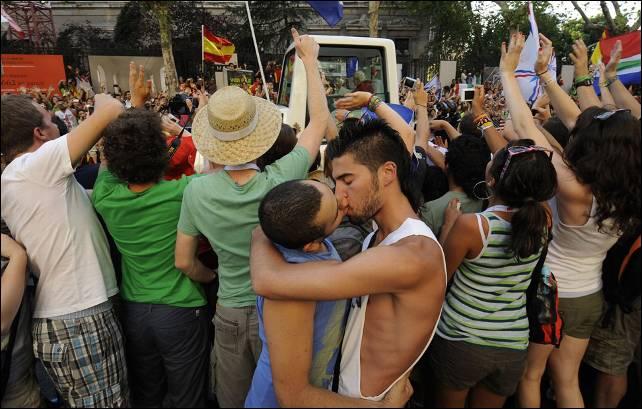 Dos J Venes Gays Se Besan Al Paso Del Papam Vil Pedro Armestre Efe