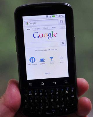 Imagen de un Motorola Droid Pro con sistema operativo Android de Google. EFE/MATT CAMPBELL
