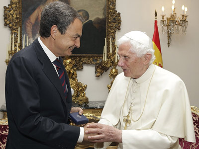El presidente del Gobierno, José Luis Rodríguez Zapatero, al inicio de su reunión con Benedicto XVI. F.CALVO