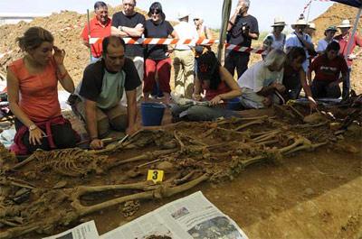 Los arqueólogos ante la 'fosa de los mineros', ayer en Joarilla de las Matas (León).