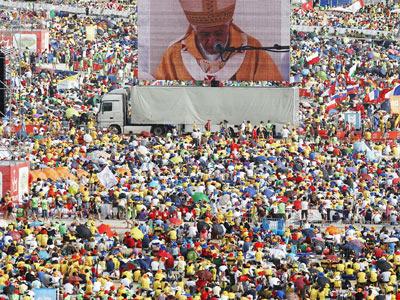 El papamóvil circulaba ayer por la mañana, aclamado por la multitud, hacia el altar donde Benedicto XVI ofició su misa de clausura de la JMJ, en Cuatro Vientos. reuters