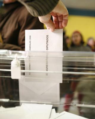 Un ciudadano deposita una papeleta en las elecciones de 2008.-