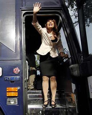 La candidata del Tea Party Michele Bachmann, en su autobús de campaña.-