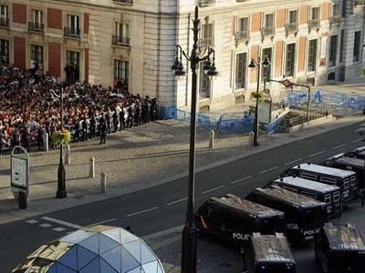 La Puerta del Sol, blindada por la Policía el martes mientras los 'indignados' se concentraban en las calles de alrededor./ AFP