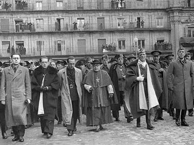 El cardenal Isidro Gomá con José Millán Astray, Francisco de Borbón y Gabriel Arias Salgado, en la manifestación en la plaza Mayor para celebrar la toma de Tarragona por las tropas de Franco. EFE