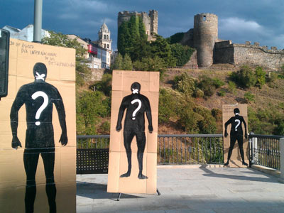 Siluetas de desaparecidos durante el acto de homenaje eN Ponferrada organizado por la ARMH.