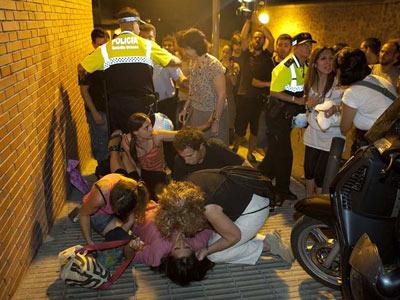Anoche, una mujer norteamericana acudió para chequearse y al salir a la calle se desplomó en la puerta. Fue atendida por personal de la comisión de salud del movimiento 15M al estar el hospital cerrado./ EDU BAYER