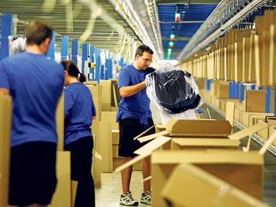 Trabajadores de Inditex en la planta de Arteixo (A Coruña). REUTERS / Miguel VidaL