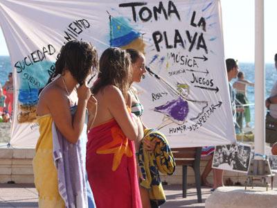 Fueron muchos los curiosos que se acercaron a conocer las reivindicaciones del movimiento, ayer, en la playa almeriense de El Zapillo. M. RODRÍGUEZ