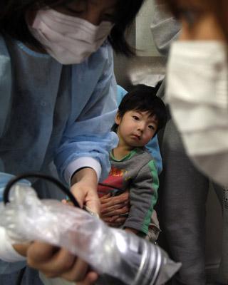 Un niño mira una prueba médica, el 23 de marzo, en Yonezawa. Kim Kyung-Hoon / reuters
