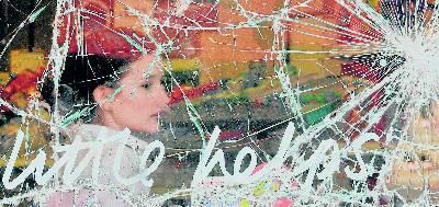 Una mujer mira a través del escaparate destrozado de un supermercado saqueado en el barrio de Ealing, al oeste de Londres. toby melville / reuters
